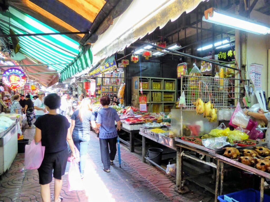 Drukke straten tijdens het ontdekken van Bangkok