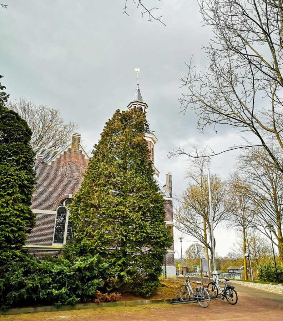 Kerk in Okkenbroek met dreigende luchten