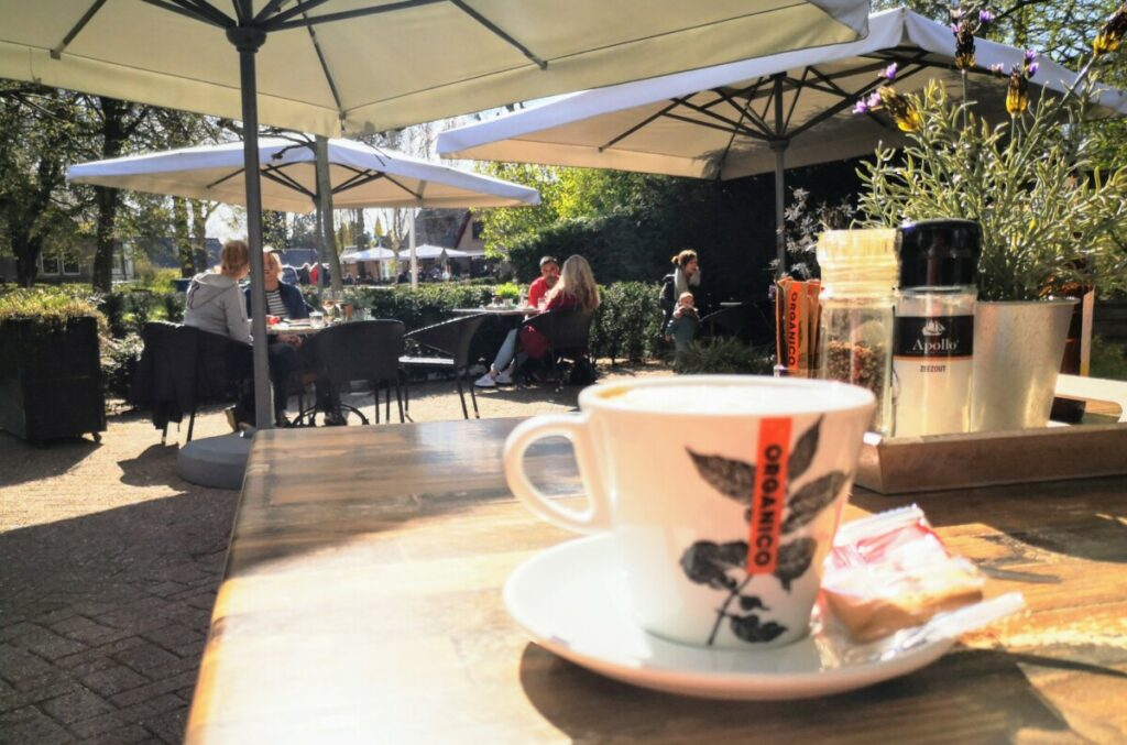 Cappuccino op terras, Kootwijk