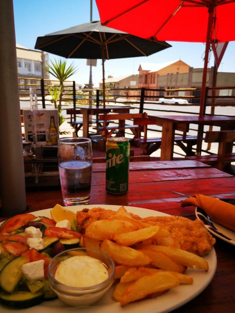 Eten in Lüderitz nabij Spookstad Kolmanskop