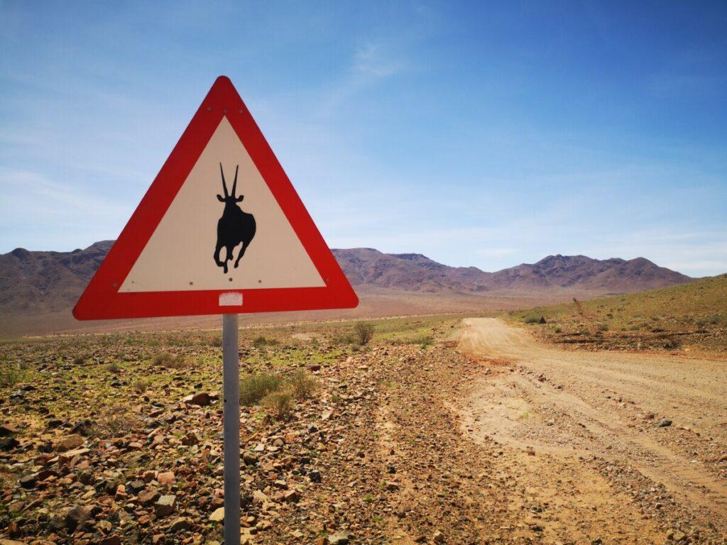 De verkeersborden die je onderweg in Namibie tegenkomt