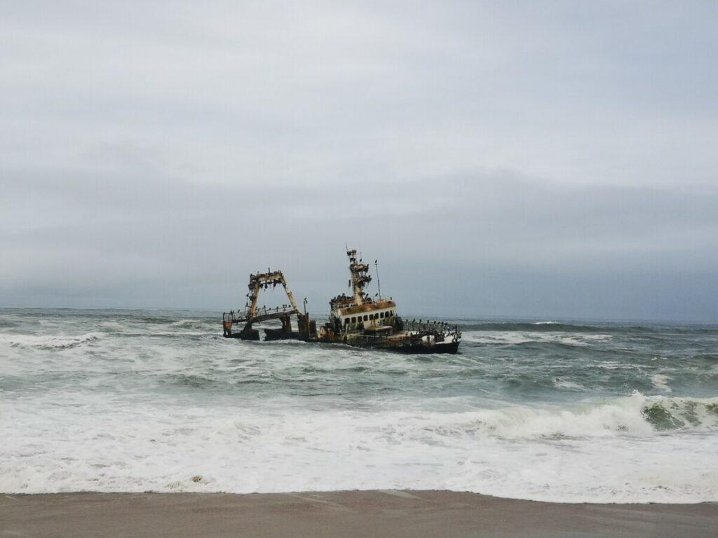 Scheepswrak in de zee net voorbij Hentiesbaai - Namibie