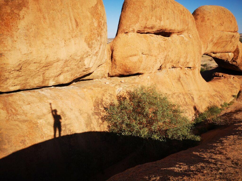 De gladde stenen van Rock Arch maar ook diepe afgronden tussen de rotsen