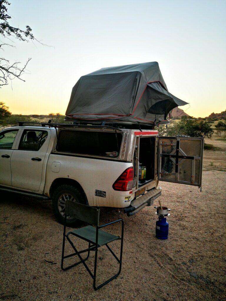 Diner bereiden tijdens de zonsondergang - Kamperen in Spitzkoppe