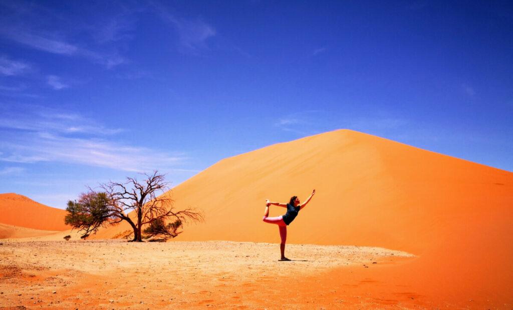 Yoga Pose bij Dune 45 in de Sossusvlei - Namibië