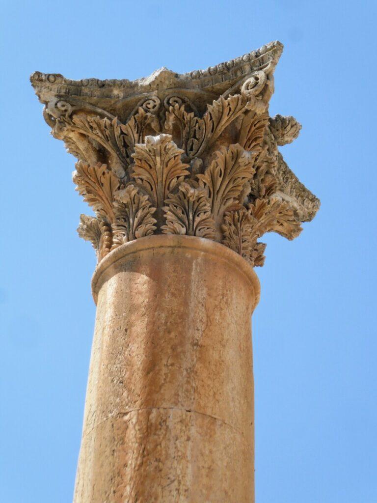 Prachtig bewerkte pilaar bij de ruïnes van Jerash